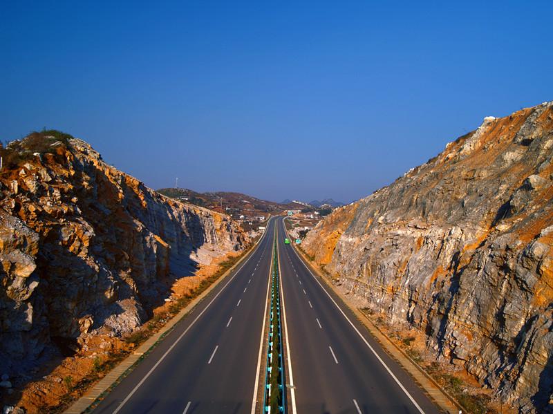 贵州省铜仁至威宁高速公路毕节至威宁段工程第9合同段 全长127.878公里。 主线面层采用表面层AC-13(4cm)+中面层AC-20C(6cm)+下面层AC-25C(8cm),基层采用厚度38cm水泥稳定碎石,底基层采用20cm级配碎石。总厚度76cm。合同工期为36个月。本合同段主要工程内容及数量:厚20cm级配碎石底基层2350227.